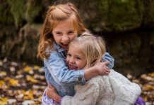 Ölelés két kislány között