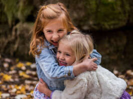 عناق بين فتاتين صغيرتين
