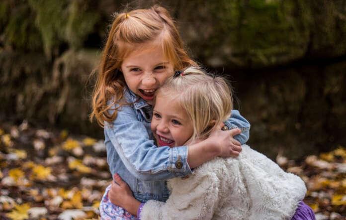 ကောင်မလေးနှစ်ယောက်ကြားပွေ့ဖက်လိုက်သည်